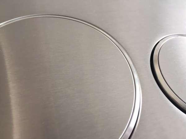 Tak w zbliżeniu wygląda metalowy przycisk spłukujący Geberit Sigma 20 115 882 SN 1 do wszystkich spłuczek podtynkowych Geberit Sigma12 i Sigma08.-image_Geberit_115.882.SN.1_3